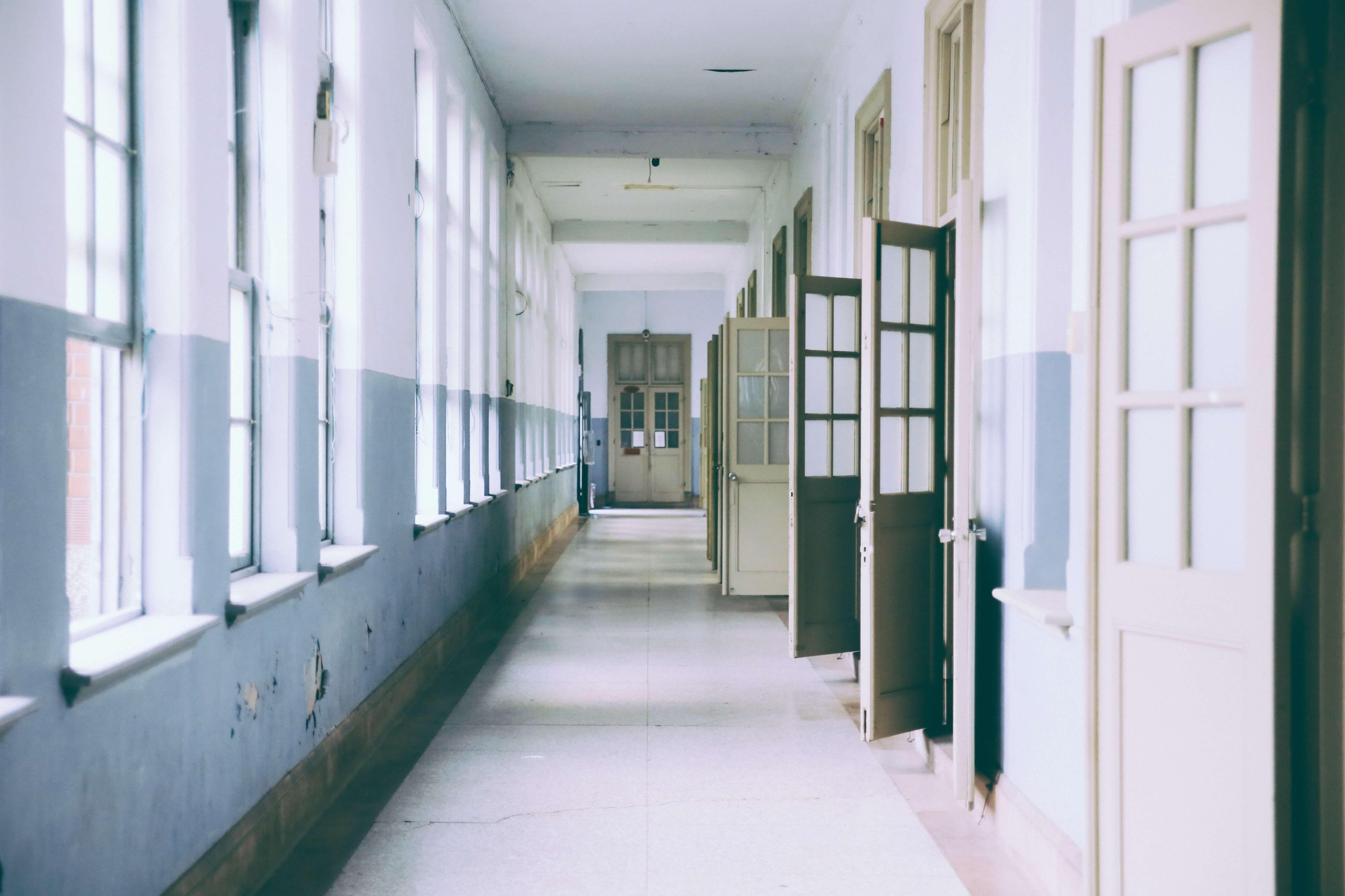 School-gebouw-studenten